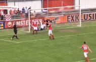 حكم مباراة كرة قدم يُسجل هدفا بالخطأ ويحتسبه