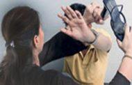 إمرأة  تضرب زوجها في الشارع تطرحه أرضاً قبل تدخل الجيران