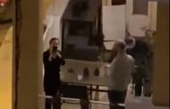 خلال الحجر المنزلي… يرقص في الشارع وحيدا والمتواجدون في الشرفات يصفقون